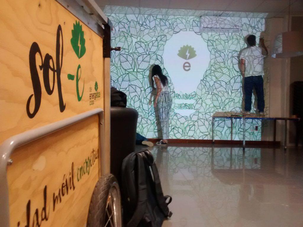 Oiga Estudio decorando la sede con su mural
